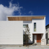 木の質感が引き立つデザインでナチュラルモダンな家を形に