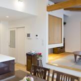 高天井と天窓で明るい室内、デザイン性も高く価格を抑えて自分たちの理想の住まいができました