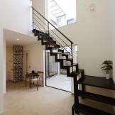ドアの取っ手ひとつまで自由に。美しい迎賓空間の家
